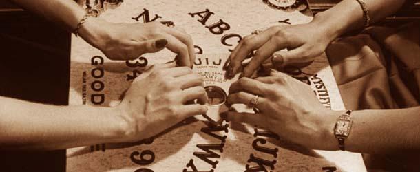 """Tres jóvenes son hospitalizados después de ser poseídos por """"entidades demoníacas"""" mientras jugaban con un tablero Ouija"""