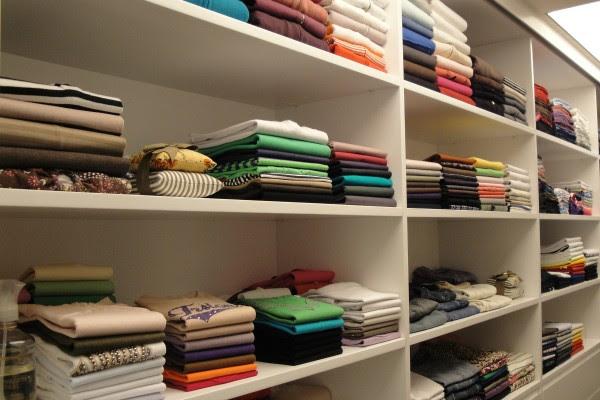Prefira dobrar as roupas a enrolá-las (Foto: Domus Organizzare/ Divulgação)