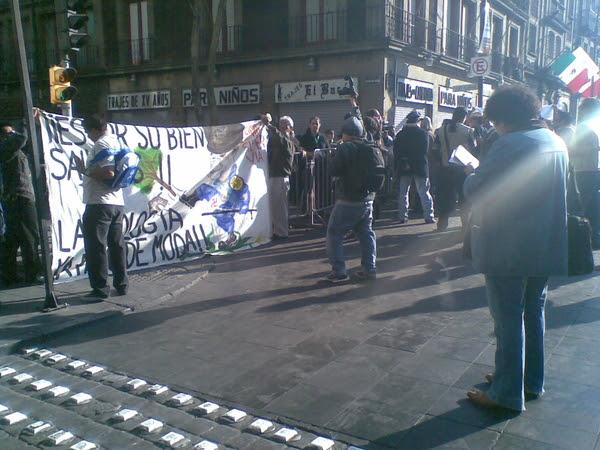 Una manta más de protesta hoy contra la #supervia en exterior cumbre alcaldes