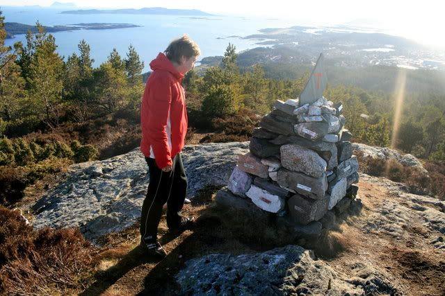 Rut sjekker infoen på steinene ;)