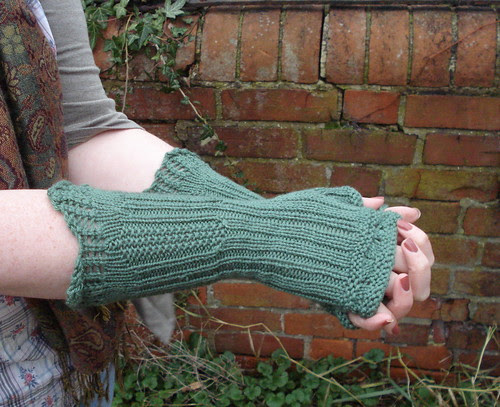 London inspired knitting pattern Russell Square frilly seed stitch fingerless gloves
