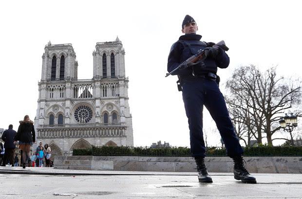 Carro com botijões de gás estava perto da catedral de Notre Dame (Foto: François Mori/AP)