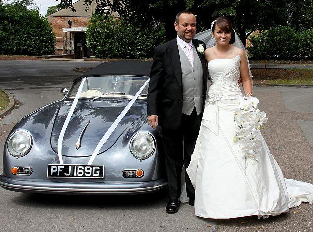 Ευχάριστες αναμνήσεις: Megan Ashton με τον μπαμπά Viv της, όπως αυτή φτάνει στην αυτο-κατασκευή Porsche αντίγραφο της την ημέρα του γάμου της στο Sandhurst Βασιλική Στρατιωτική Ακαδημία Memorial Chapel και μετά (κάτω), αφήνοντας με το νέο σύζυγο της Rob