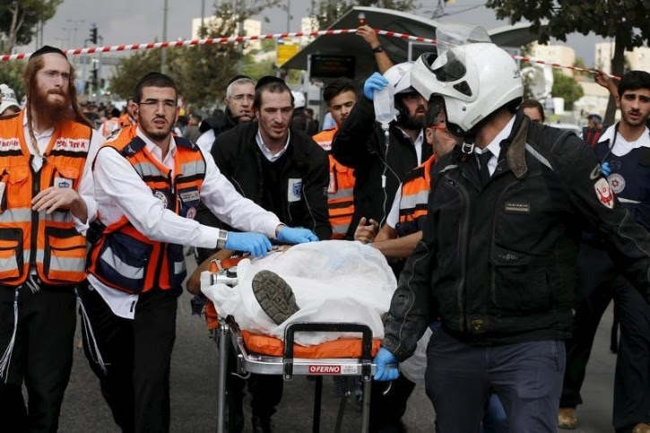 Israeli medics and emergency personnel evacuate an injured Israeli man from the scene of a stabbing attack in Jerusalem October 30, 2015. REUTERS/Ammar Awad