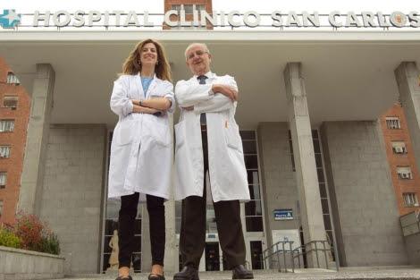El doctor Ribera y la doctora Molina, en el Clínico. | Begoña Rivas.