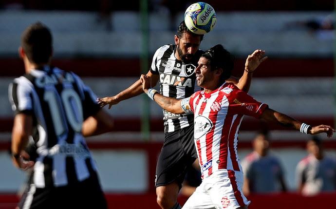 Loco Abreu sobe para dividir bola com Renan Fonseca em Bangu x Botafogo  (Foto: Vitor Silva / SS Press / Botafogo)