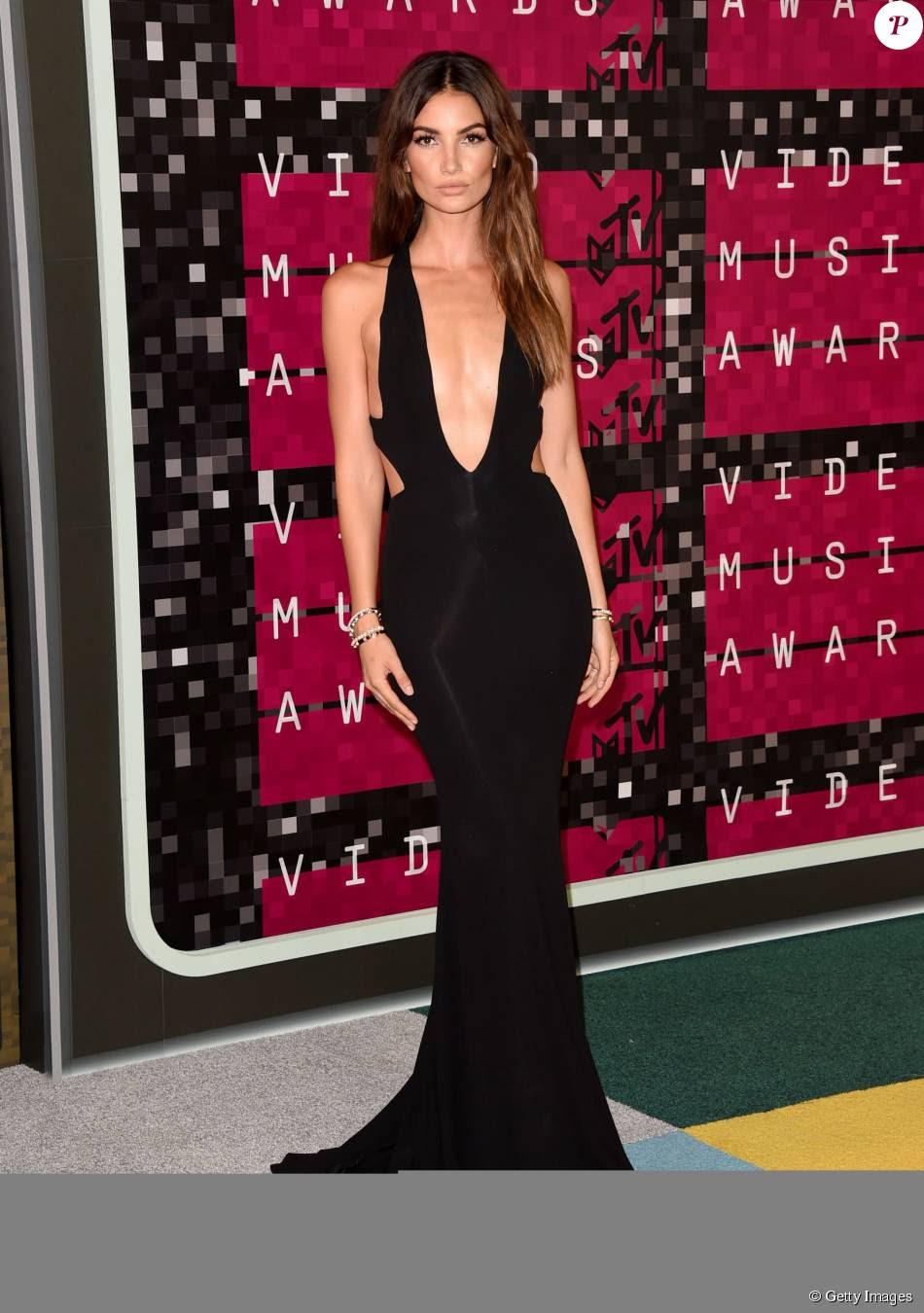 A modelo Lily Aldridge apostou em vestido com decote profundo de Alexandre Vauthier