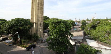 Área de estacionamento do Getúlio Vargas, no Cordeiro, será usada para construção de terminal de ônibus  / Rodrigo Lôbo/JC Imagem