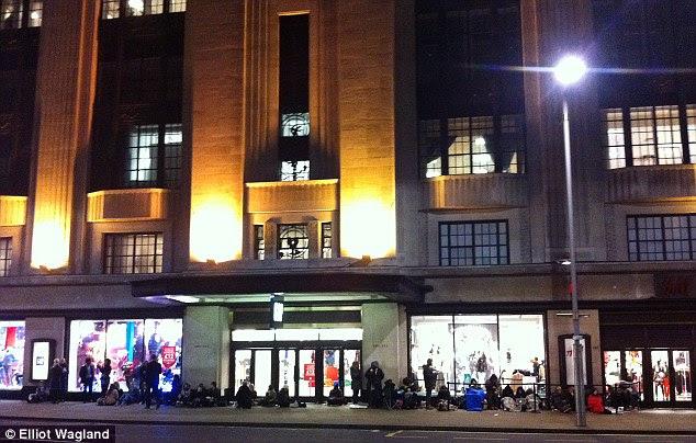 Compradores retratado nas primeiras horas da manhã de acampamento fora H & M em High Street Kensington como a recolha de Versace corte de preço-bate na rua alta hoje