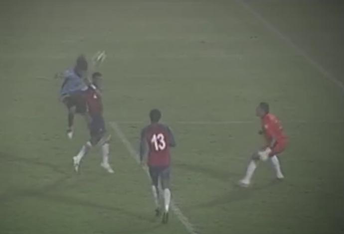 Gol Loco Abreu Uruguai x Costa Rica (Foto: Reprodução/SporTV)