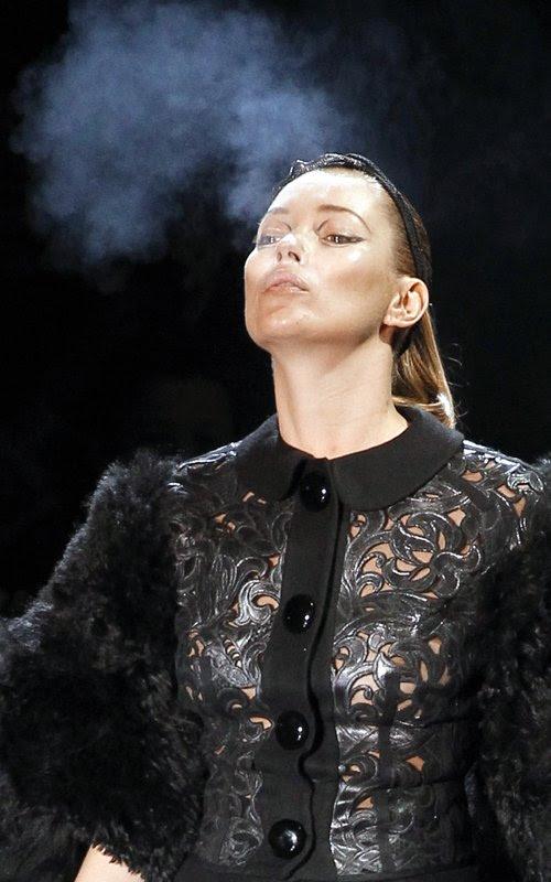 kate moss smoking while pregnant. kate moss smoking catwalk.