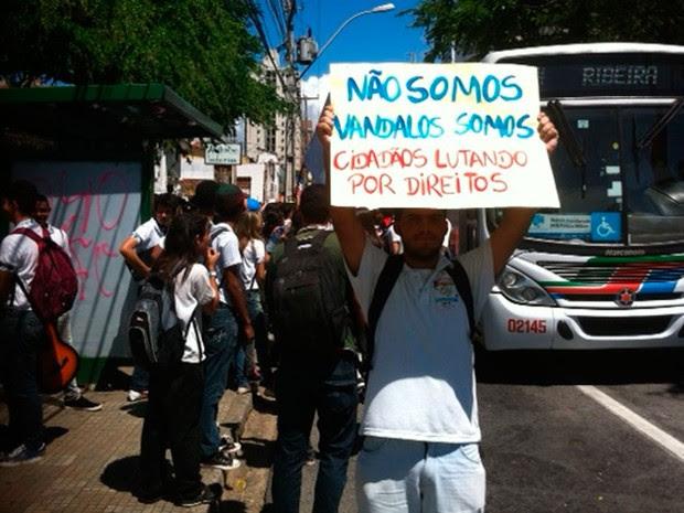 Estudantes do Padre Miguelinho se uniram ao protesto #RevoltadoBusao na manhã desta segunda em Natal (Foto: Igor Jácome/G1)