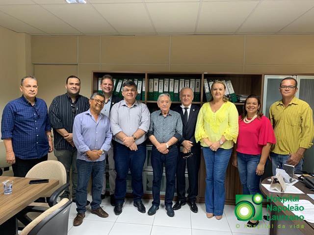 Prefeito de Caaporã visita Hospital Laureano que vai receber auxílio financeiro