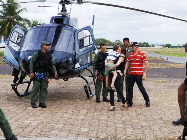 Elisângela Mellado, mãe de Pedro Paulo, recebeu a criança logo após o desembarque em Imperatriz (Foto: A. Pinheiro)