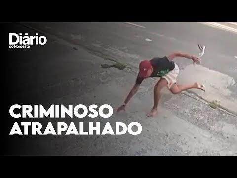 Criminoso tropeça, perde chinelo, é mordido por cão e desiste de assalto; vídeo