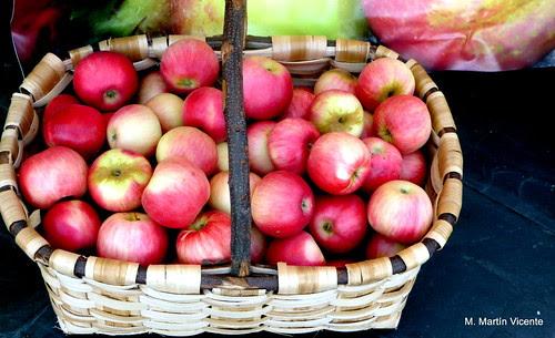 Como manzanas en cesta de castaño