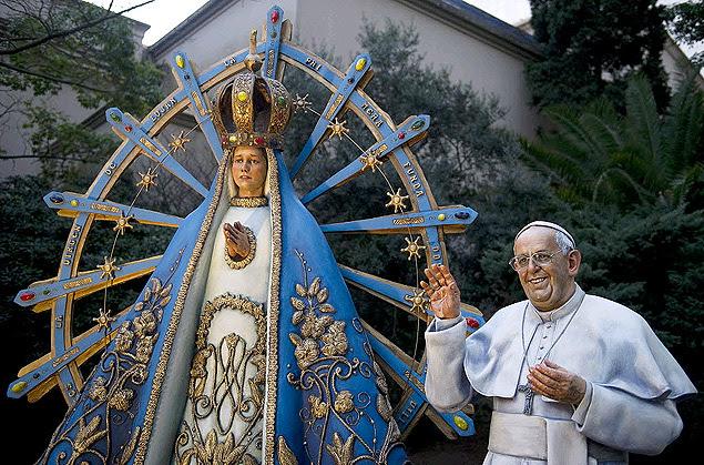 Ao lado da Nossa Senhora de Luján, a estátua do papa Francisco é a nova atração da Catedral de Buenos Aires