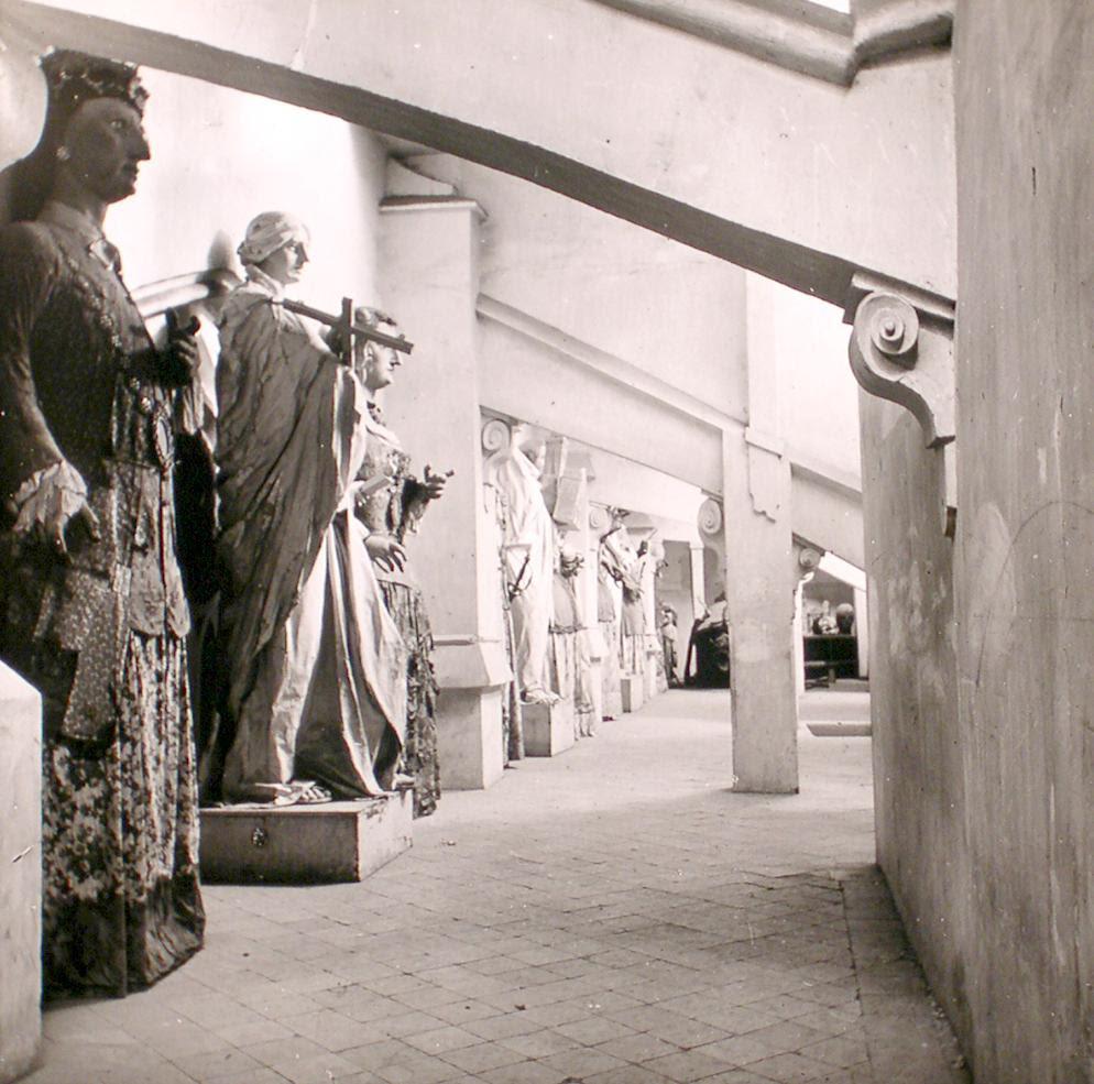 Gigantones en el Museo Provincial de Toledo a finales del siglo XIX. Fotografía de Alexander Lamont Henderson