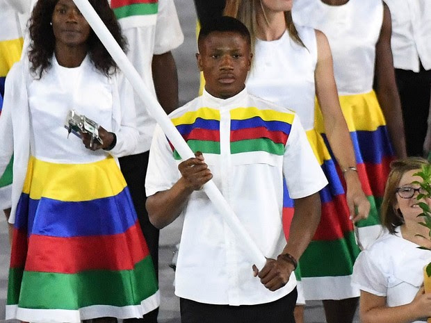 O boxeador Jonas Junius entra como porta-bandeira da Namíbia na cerimônia de abertura da Olimpíada do Rio, na sexta-feira (5) (Foto: Pedro Ugarte/AFP)