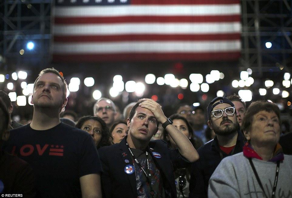 Apoiantes do candidato presidencial democrata Hillary Clinton observar e esperar a sua eleição noite comício em New York