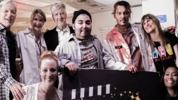 Depp ao lado do rapaz que cumpriu o sonho.  (Foto: fundação Make a Film).