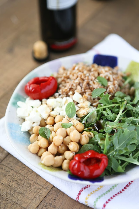 Mediterranean Farro Salad with Arugula and Chickpeas