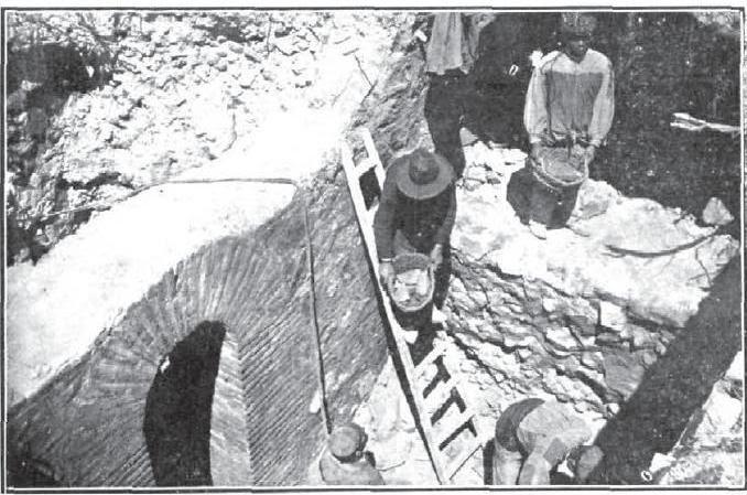 Excavaciones en el solar de la Iglesia de san Torcuato en busca de los restos de El Greco. Junio de 1912. Foto Rodríguez