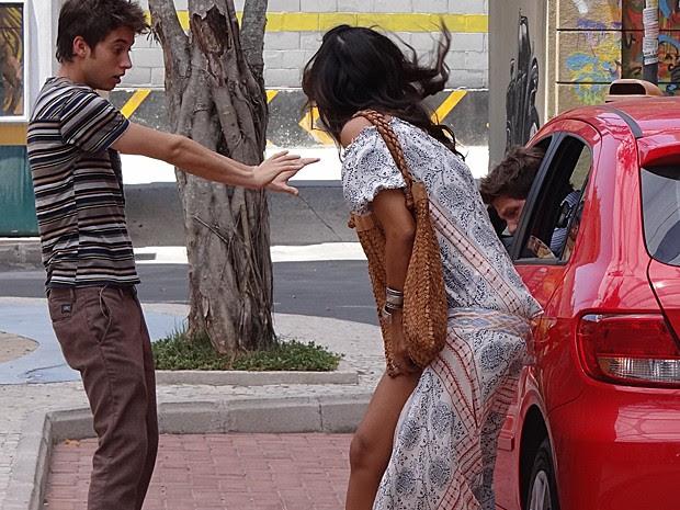 Eita! Saia de Dandara fica presa na porta de carro (Foto: Ariane Ducatti/Gshow)