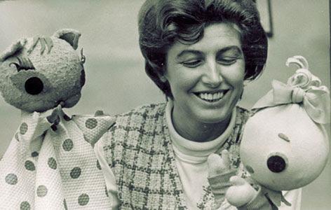 Bálint Ágnes Cicamicával és Böbe babával a hatvanas években