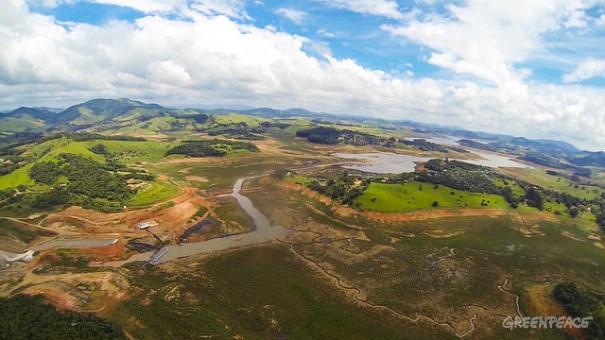 Imagem captada por drone revela o drama do Cantareira: rio seco, reservatório exaurido e o ponto exato da captação do Volume Morto (canto inferior esquerdo). Foto: © Zé Gabriel/Greenpeace