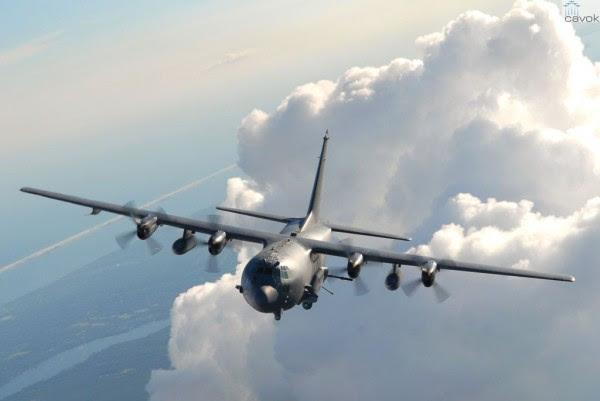 Un avión de ataque AC-130 Spectre durante el vuelo a través de las nubes. (Foto: USAF)