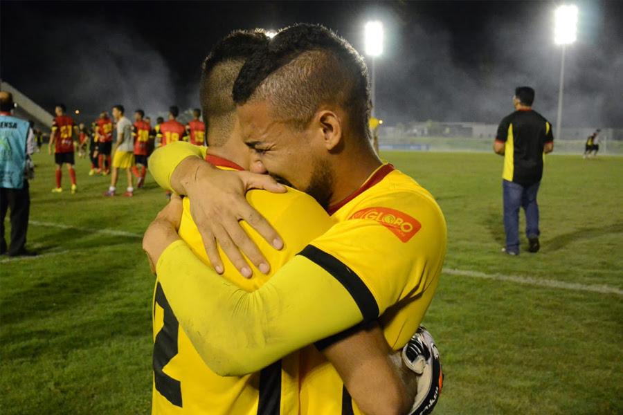 O abraço entre Dasaev (e) e Rafael (d); mesmo na ausência do titular, coube ao jovem goleiro garantir o acesso do Globo