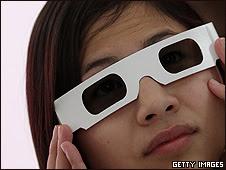 Una lectora con sus lentes especiales.