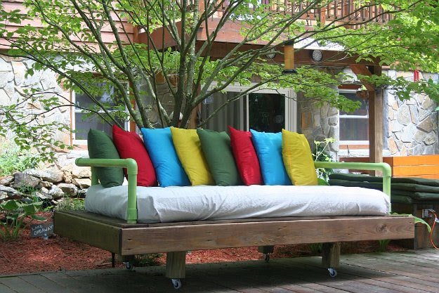 DIY Pallet Furniture Ideas - DIY Pallet Day Bed - Best Do It Yourself Projects Made With Wooden Pallets - Indoor and Outdoor, Bedroom, Living Room, Patio. Coffee Table, Couch, Dining Tables, Shelves, Racks and Benches http://diyjoy.com/diy-pallet-furniture-projects