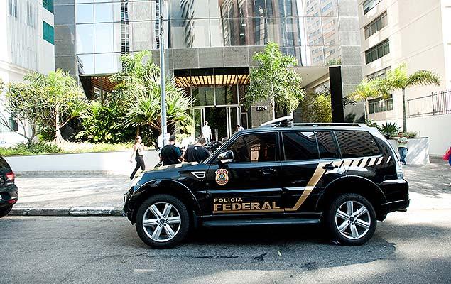 Polícia Federal cumpre mandado de busca e apreensão em um escritório da OAS, na av. Angélica, em SP, durante a 28ª fase da Lava Jato