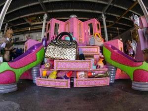O carro da diversidade e da igualdade e do respeito é um dos mais coloridos da  Mangueira (Foto: Rodrigo Gorosito/ G1)