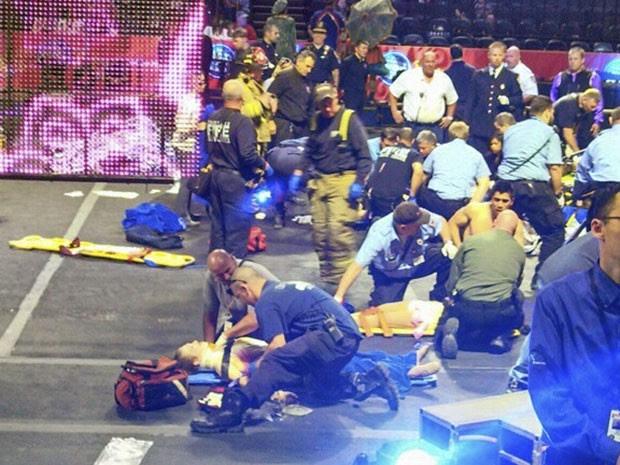 Após a queda de cerca de 7 metros, artistas são socorridas no palco do circo (Foto: Rose Viveiros/AP)