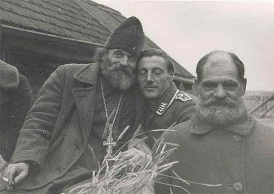 Orosz pap és német tiszt közös fotója a Szovjetunió lerohanásának kezdetén