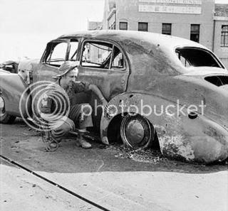 Serdadu Inggris yang memeriksa Mobil yang dipakai Mallaby dimana ditemukan Jendral tersebut tewas didalamnya