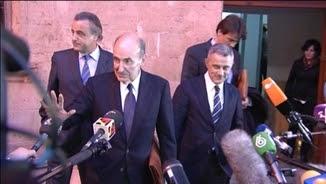 Miquel Roca, envoltat de periodistes