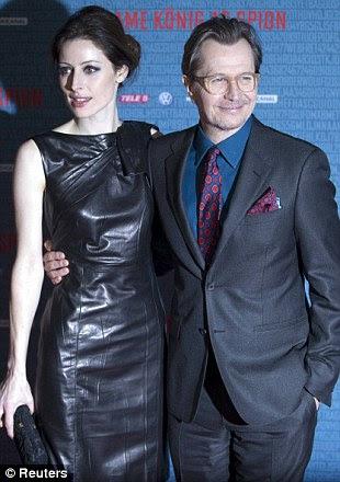O ator britânico Gary Oldman (R) e sua esposa Alexandra Edenboroug