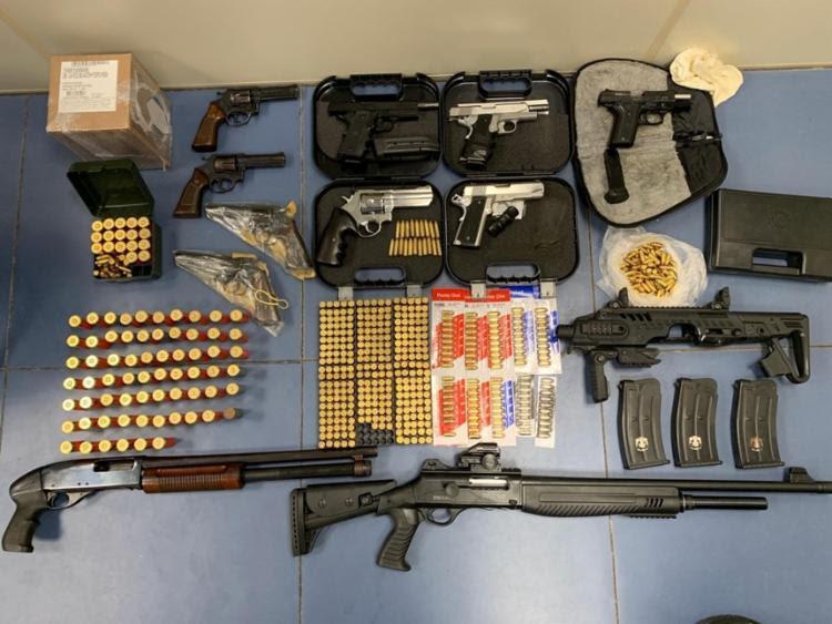 Na casa de Alexandre os policiais encontraram espingardas, quatro pistolas, cinco revólveres, carregadores e munições de diversos calibres | Foto: Divulgação | SSP - Foto: Divulgação | SSP