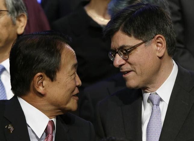 5月21日、日米の為替認識の温度差に市場の注目が集まる中、麻生太郎財務相と米国のルー財務長官が会談。しかし、最近の市場動向が秩序立ったものかどうかについて認識の差は埋まらず、両国の主張は平行線をたどった。写真は2013年10月、ワシントンで開催されたG20での写真撮影前に語る麻生財務相(左)とルー財務長官(2016年 ロイター/Gary Cameron)