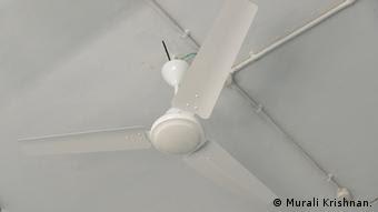 Suplai tambahan akan memberi daya bagi alat-alat elektronik penting, seperti kipas angin dan pengisi baterai