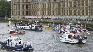 """Vaixells a favor del Brexit i una llanxa amb la paraula """"in"""" al costat de Westminster (EFE)"""