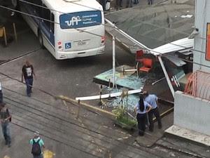 Ônibus derruba estrutura de loja (Foto: Arquivo Pessoal/Daiane Aparecida)