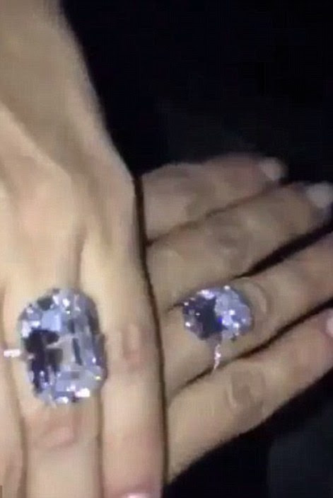 O presente do rapper yeezus se assemelha a banda de noivado original, ele deu a sua esposa de volta em 2013 - os 15 quilates projeto maciço Lorraine Schwartz - e ela regularmente mostra-los fora em sua mídia social