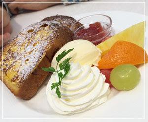 幕張イオンモール内「千疋屋」にて、フルーツたっぷりフレンチトースト。