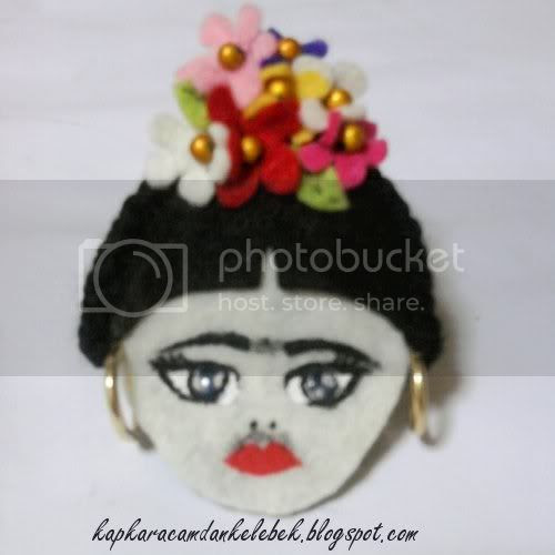 Kapkara Camdan Kelebek Frida Kahlo El Boyama Broş Keçe üzerine