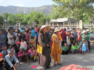 Đồng bào tề tựu về địa điểm cứu trợ để nhận quà của Tổng vụ Từ thiện Xã hội Viện Hoá Đạo